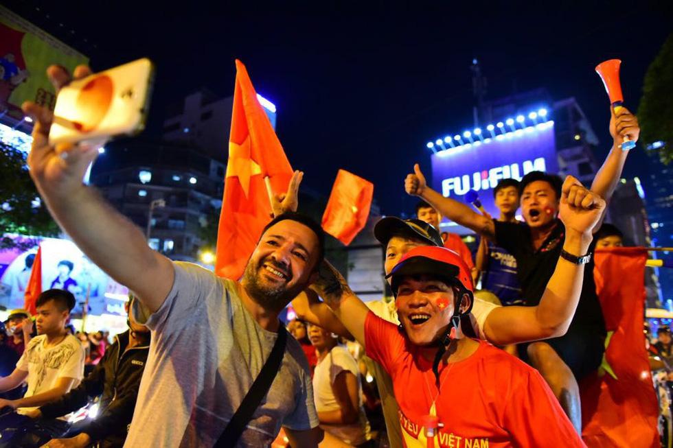 Muôn vẻ vui nhộn, hài hước cổ động viên Việt Nam - Ảnh 23.