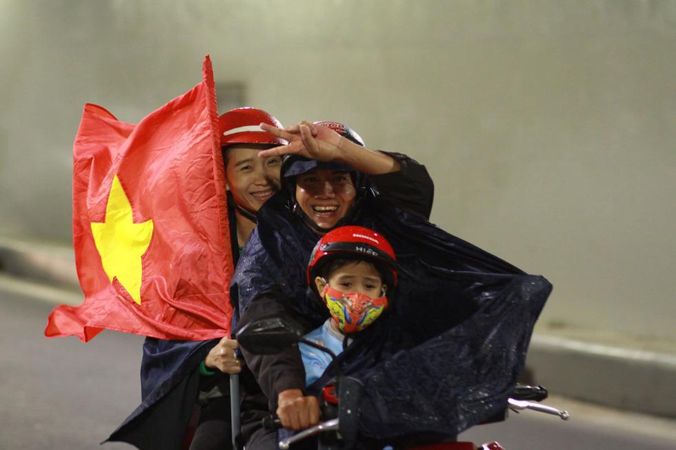 Muôn vẻ vui nhộn, hài hước cổ động viên Việt Nam - Ảnh 6.