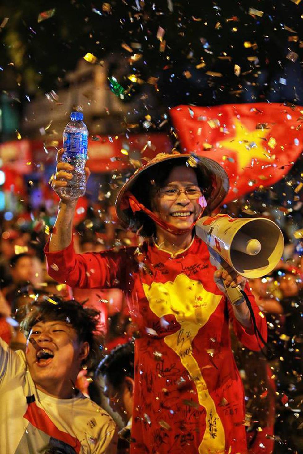 Muôn vẻ vui nhộn, hài hước cổ động viên Việt Nam - Ảnh 16.