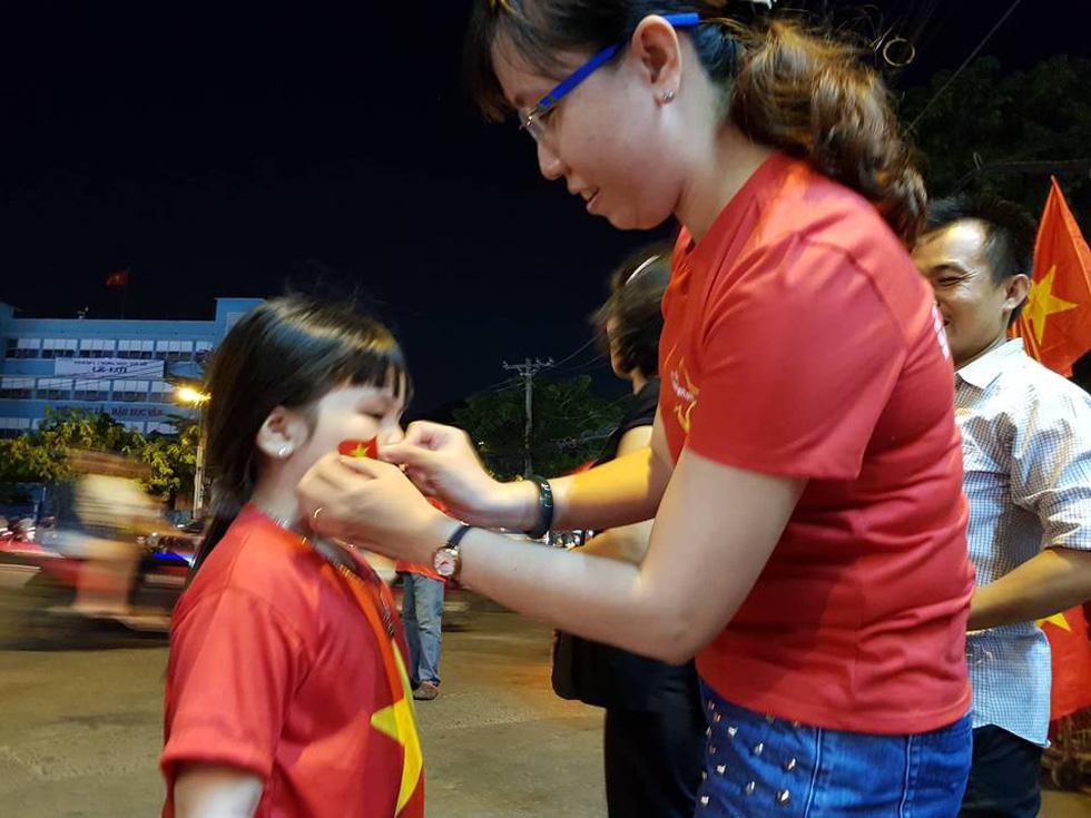 Muôn vẻ vui nhộn, hài hước cổ động viên Việt Nam - Ảnh 10.