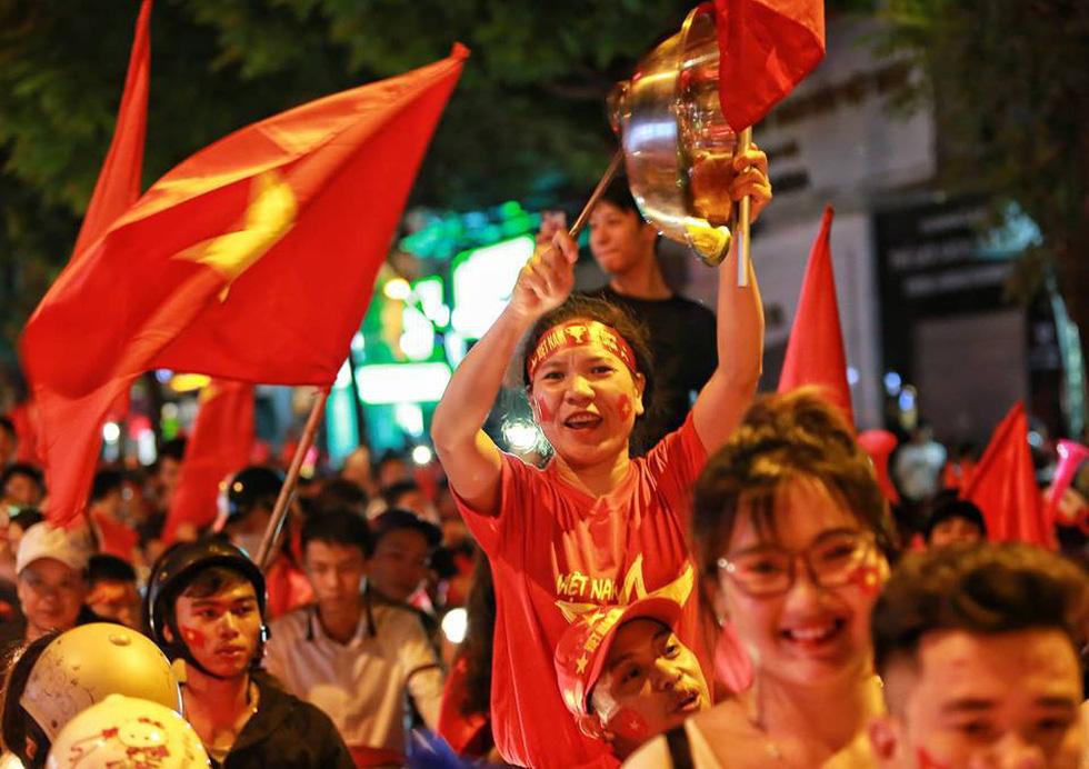 Muôn vẻ vui nhộn, hài hước cổ động viên Việt Nam - Ảnh 17.