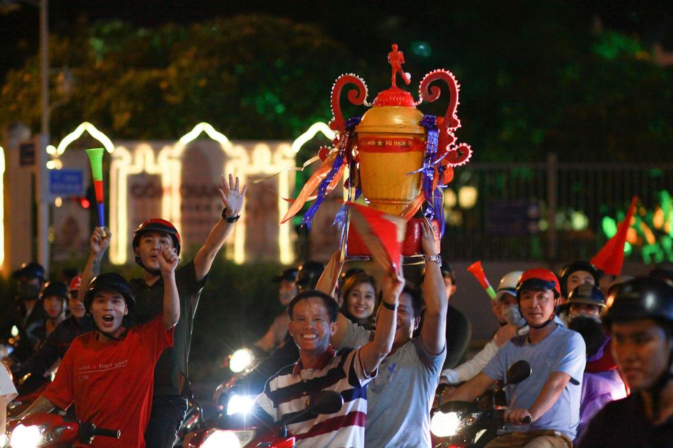Muôn vẻ vui nhộn, hài hước cổ động viên Việt Nam - Ảnh 24.
