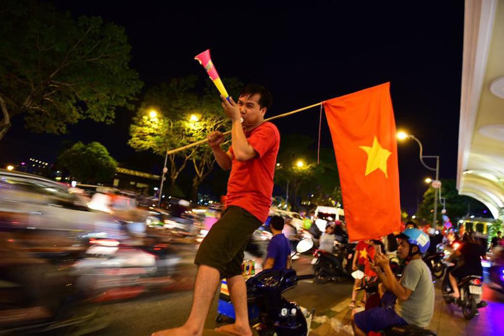 Muôn vẻ vui nhộn, hài hước cổ động viên Việt Nam - Ảnh 12.