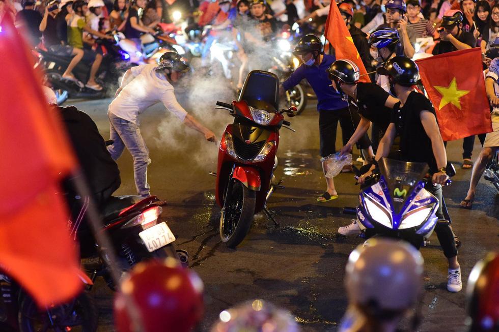 Muôn vẻ vui nhộn, hài hước cổ động viên Việt Nam - Ảnh 13.
