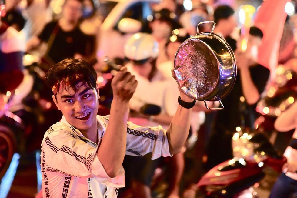 Muôn vẻ vui nhộn, hài hước cổ động viên Việt Nam - Ảnh 18.