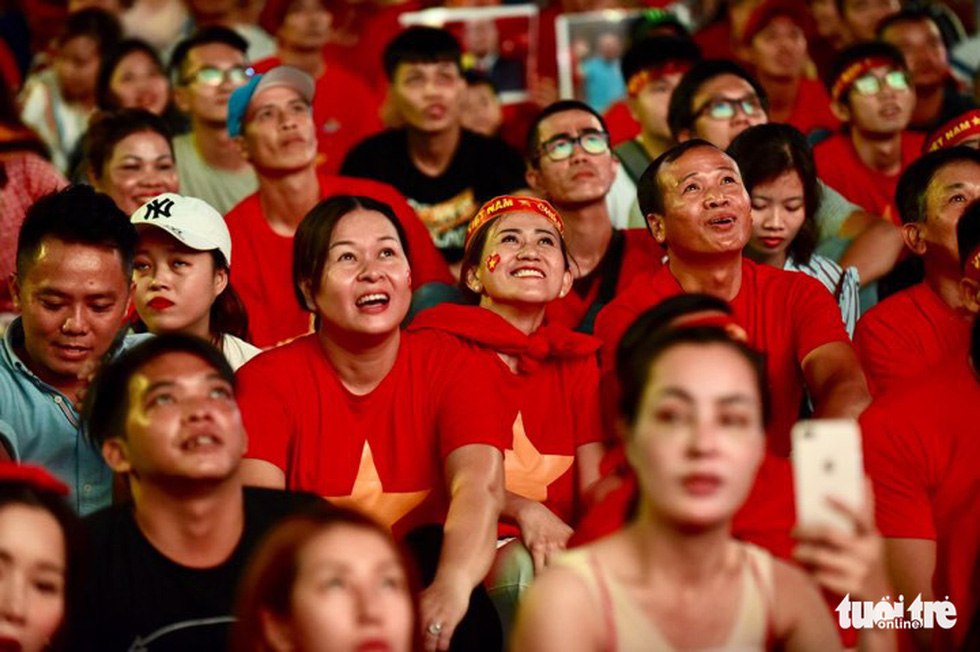 Khán giả phố đi bộ Nguyễn Huệ cuồng nhiệt cổ vũ tuyển Việt Nam - Ảnh 8.
