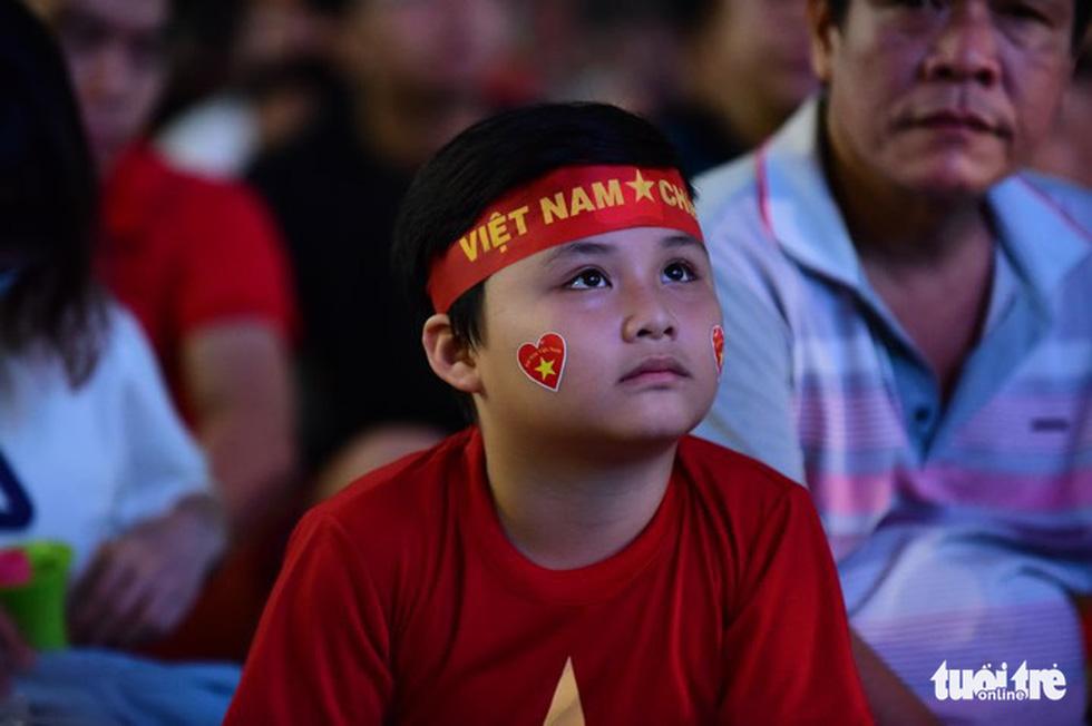 Khán giả phố đi bộ Nguyễn Huệ cuồng nhiệt cổ vũ tuyển Việt Nam - Ảnh 2.