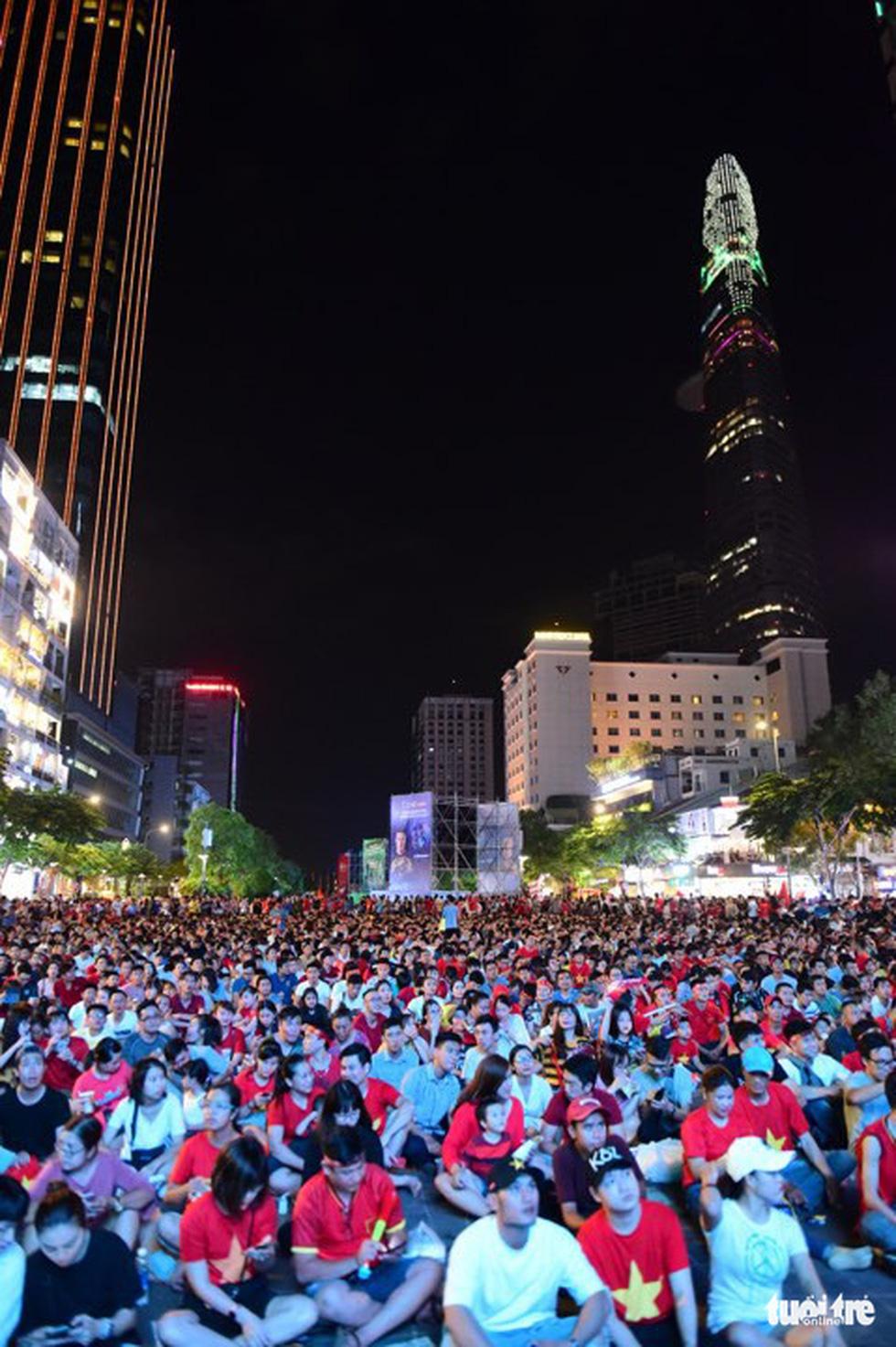 Khán giả phố đi bộ Nguyễn Huệ cuồng nhiệt cổ vũ tuyển Việt Nam - Ảnh 7.