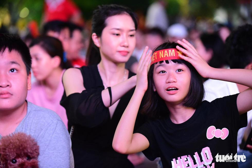 Khán giả phố đi bộ Nguyễn Huệ cuồng nhiệt cổ vũ tuyển Việt Nam - Ảnh 1.