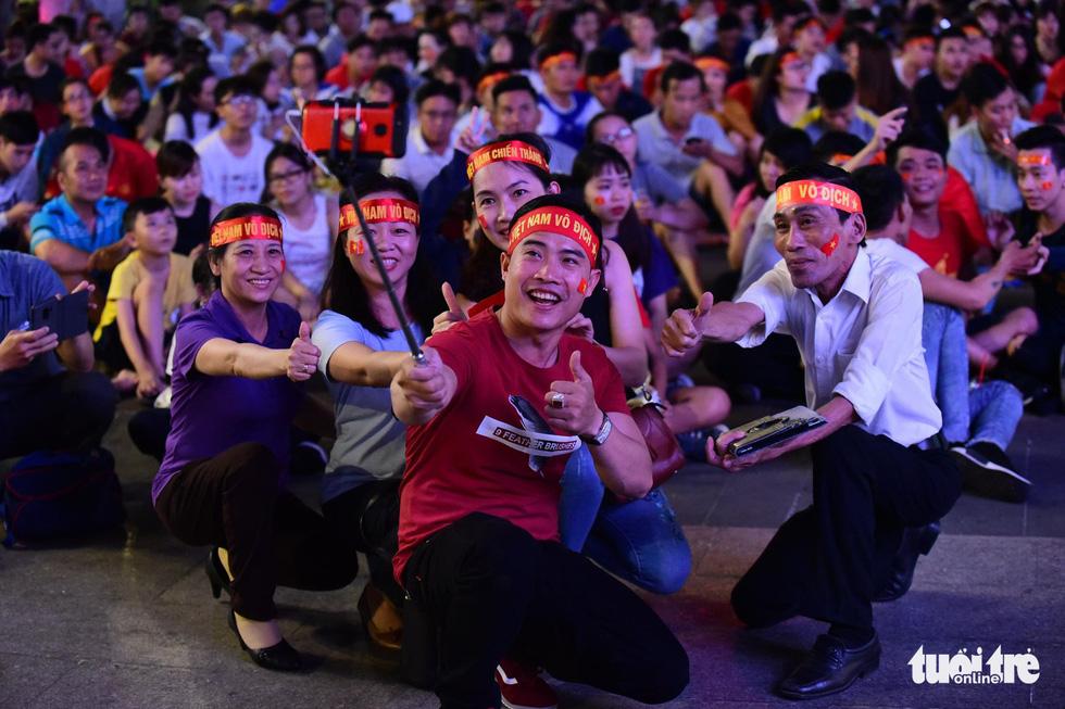 Khán giả phố đi bộ Nguyễn Huệ cuồng nhiệt cổ vũ tuyển Việt Nam - Ảnh 3.