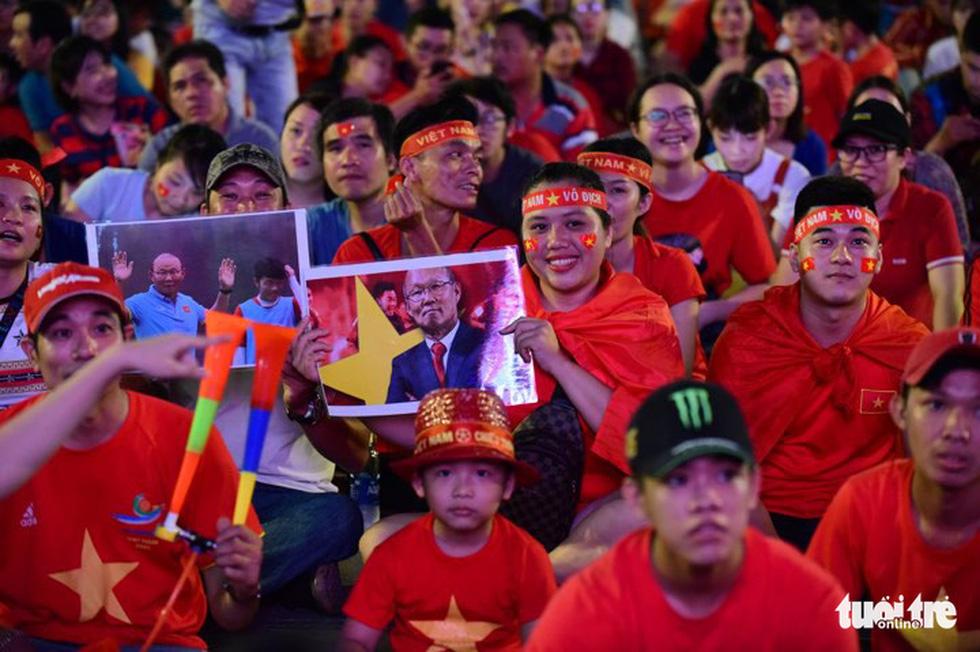 Khán giả phố đi bộ Nguyễn Huệ cuồng nhiệt cổ vũ tuyển Việt Nam - Ảnh 6.