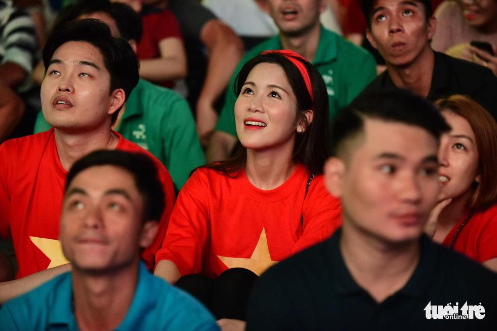 Khán giả phố đi bộ Nguyễn Huệ cuồng nhiệt cổ vũ tuyển Việt Nam - Ảnh 9.