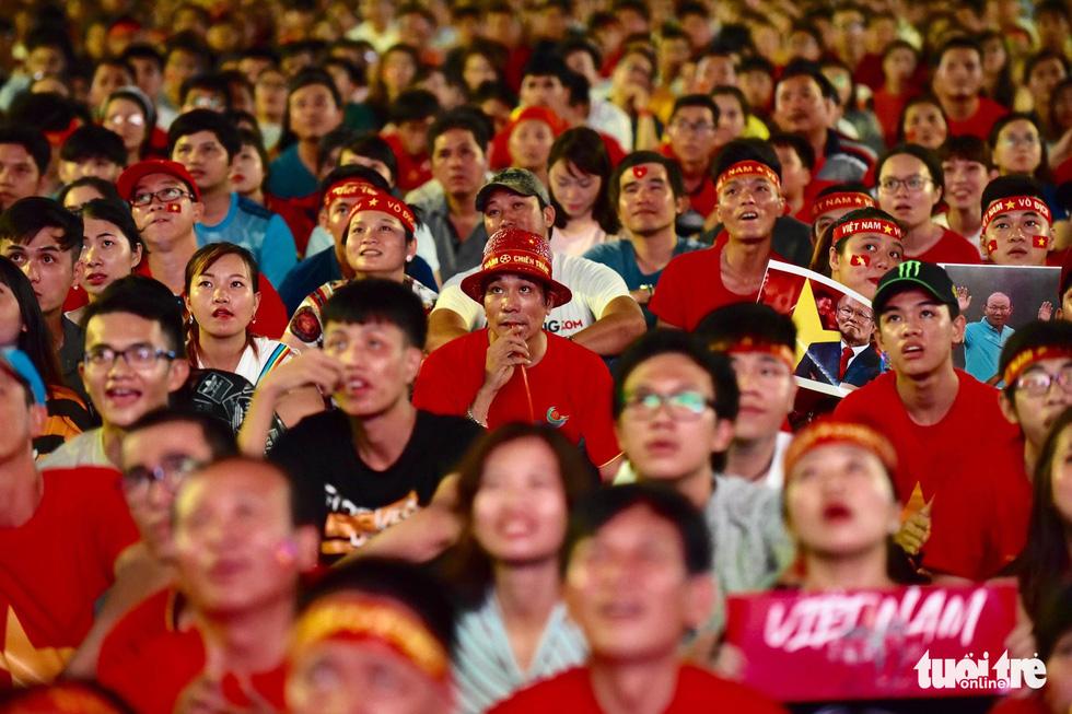 Khán giả phố đi bộ Nguyễn Huệ cuồng nhiệt cổ vũ tuyển Việt Nam - Ảnh 10.