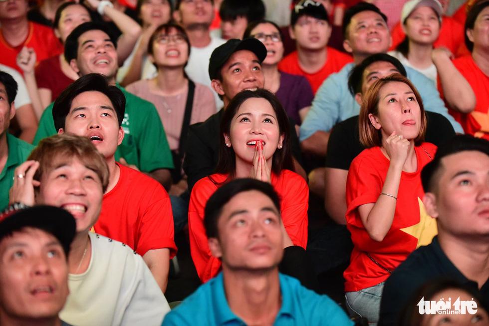 Khán giả phố đi bộ Nguyễn Huệ cuồng nhiệt cổ vũ tuyển Việt Nam - Ảnh 14.