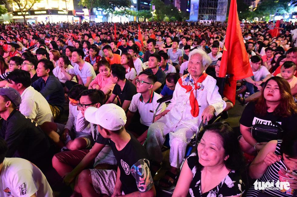 Khán giả phố đi bộ Nguyễn Huệ cuồng nhiệt cổ vũ tuyển Việt Nam - Ảnh 11.