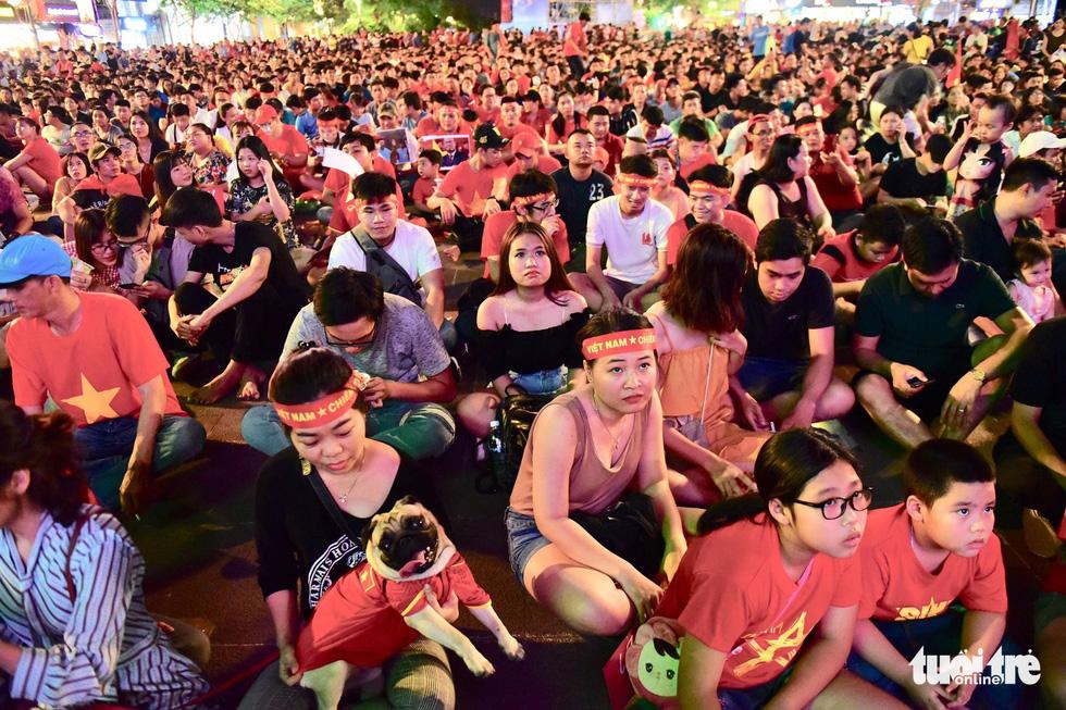 Khán giả phố đi bộ Nguyễn Huệ cuồng nhiệt cổ vũ tuyển Việt Nam - Ảnh 15.