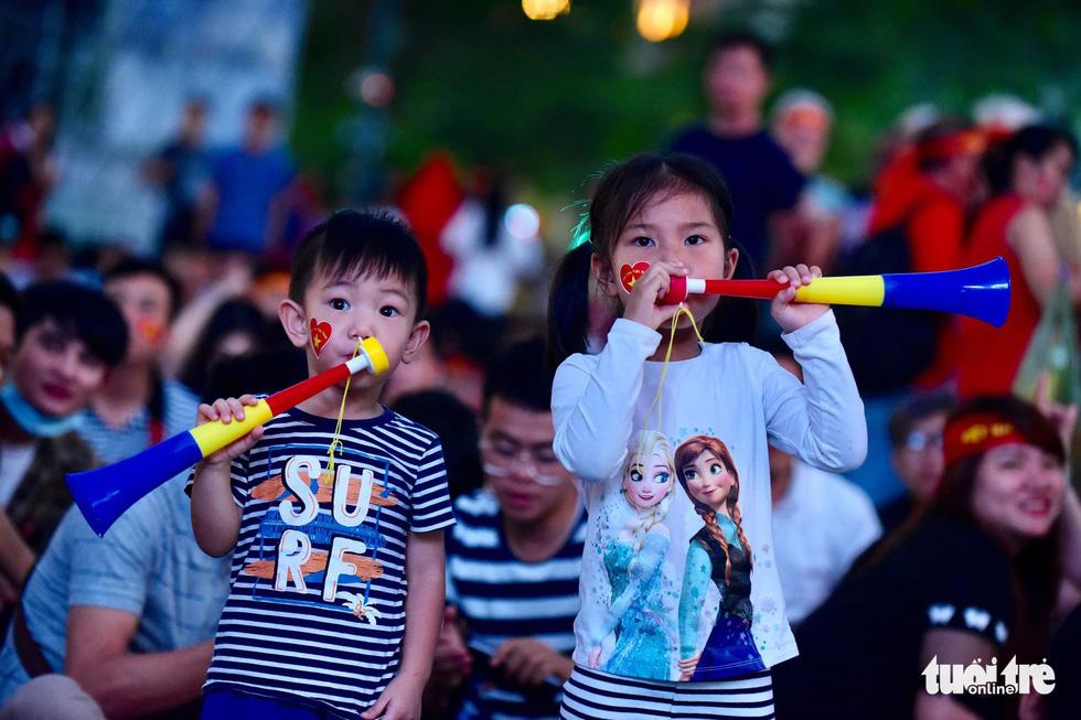 Khán giả phố đi bộ Nguyễn Huệ cuồng nhiệt cổ vũ tuyển Việt Nam - Ảnh 12.