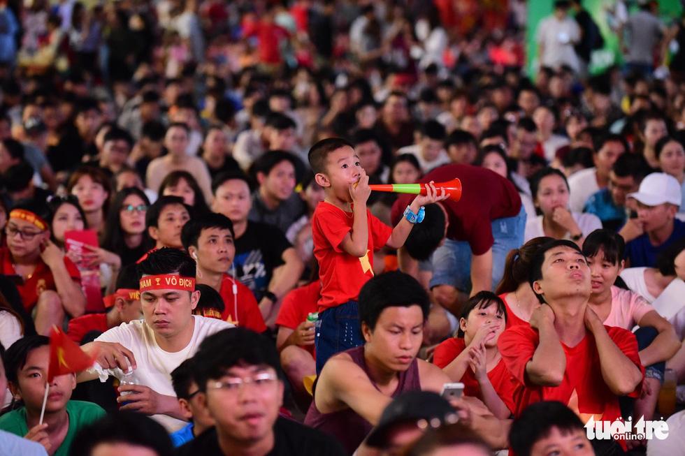 Khán giả phố đi bộ Nguyễn Huệ cuồng nhiệt cổ vũ tuyển Việt Nam - Ảnh 4.