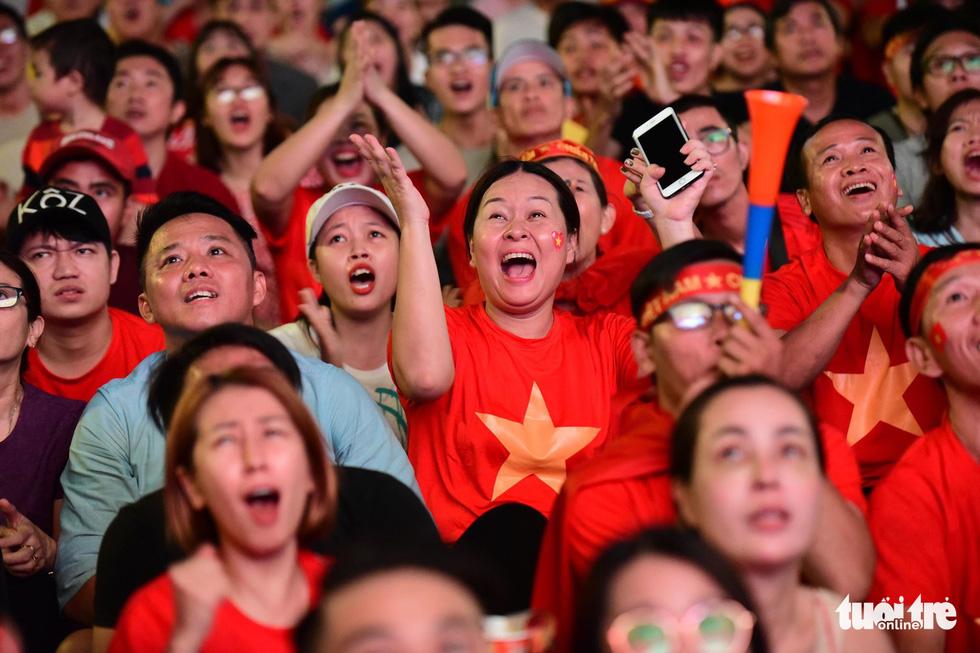 Khán giả phố đi bộ Nguyễn Huệ cuồng nhiệt cổ vũ tuyển Việt Nam - Ảnh 13.