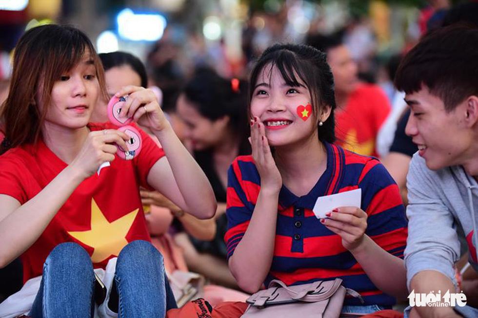 Khán giả phố đi bộ Nguyễn Huệ cuồng nhiệt cổ vũ tuyển Việt Nam - Ảnh 5.