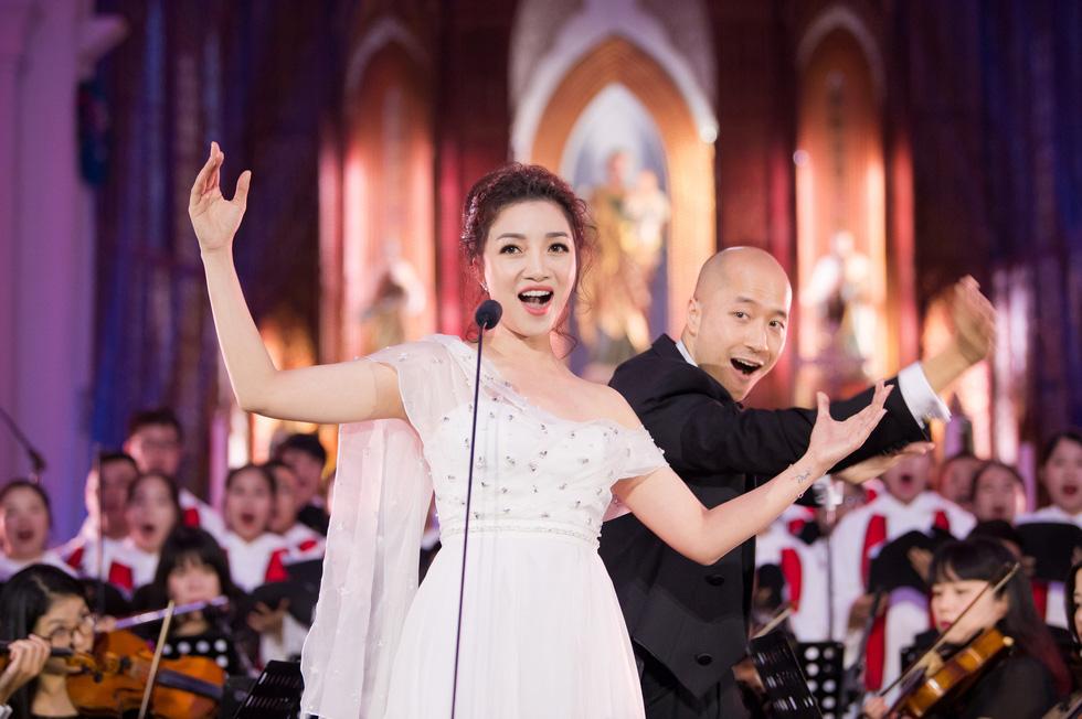 Phạm Thu Hà hát trong Nhà thờ lớn Hà Nội của Ca hòa nhạc Giáng sinh - Ảnh 1.