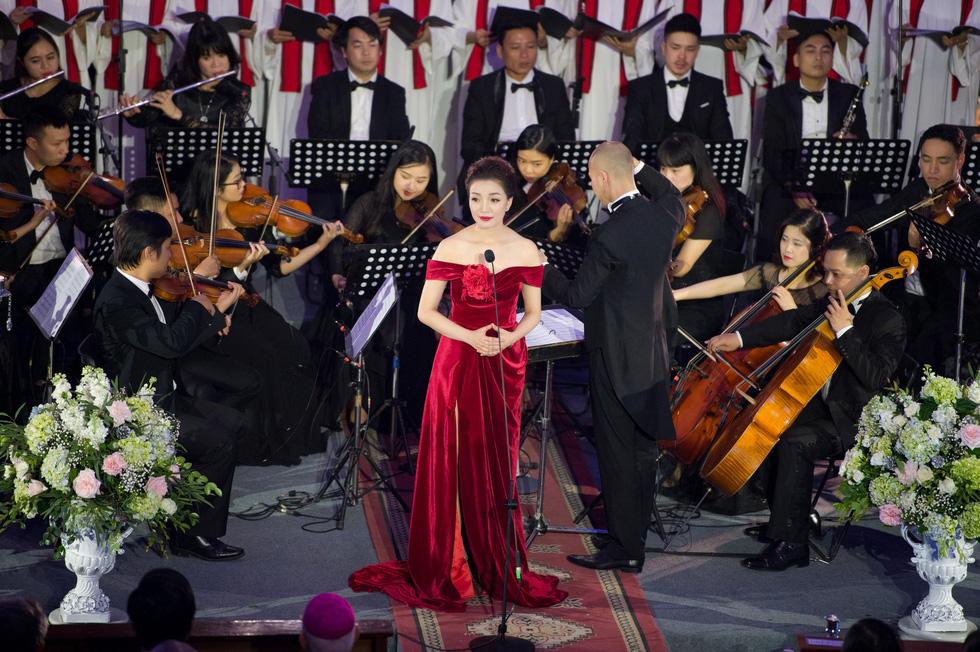 Phạm Thu Hà hát trong Nhà thờ lớn Hà Nội của Ca hòa nhạc Giáng sinh - Ảnh 4.