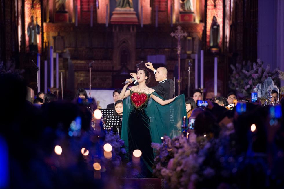 Phạm Thu Hà hát trong Nhà thờ lớn Hà Nội của Ca hòa nhạc Giáng sinh - Ảnh 7.