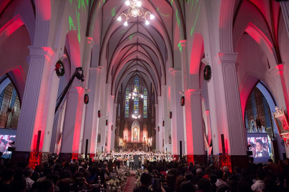 Phạm Thu Hà hát trong Nhà thờ lớn Hà Nội của Ca hòa nhạc Giáng sinh - Ảnh 6.