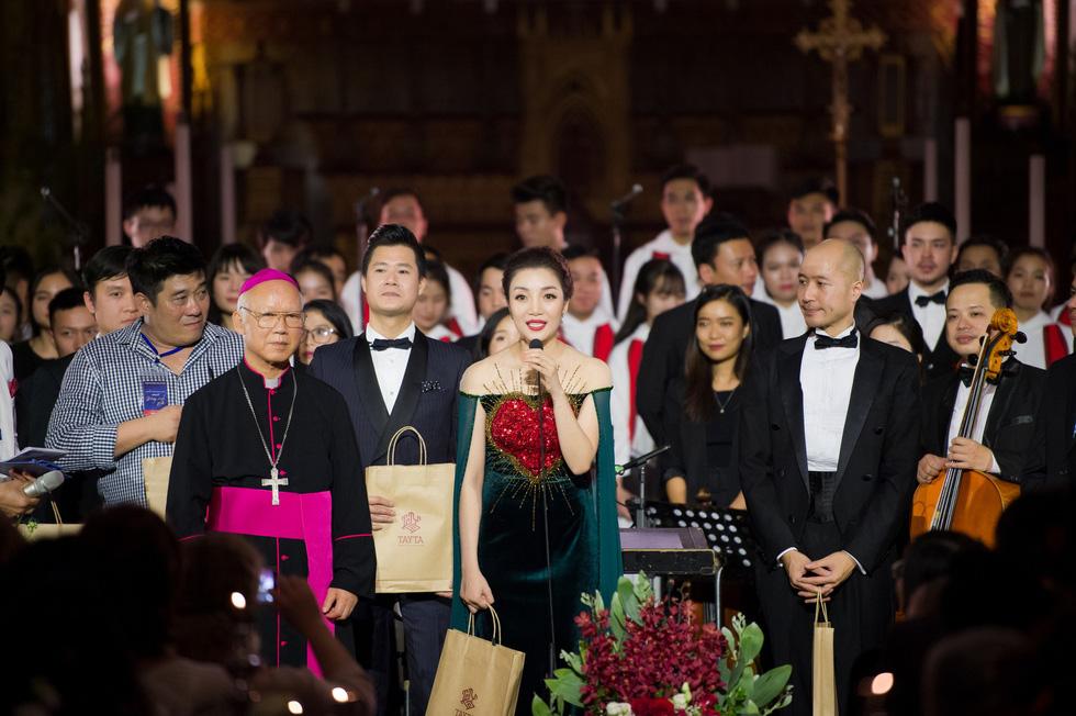Phạm Thu Hà hát trong Nhà thờ lớn Hà Nội của Ca hòa nhạc Giáng sinh - Ảnh 8.