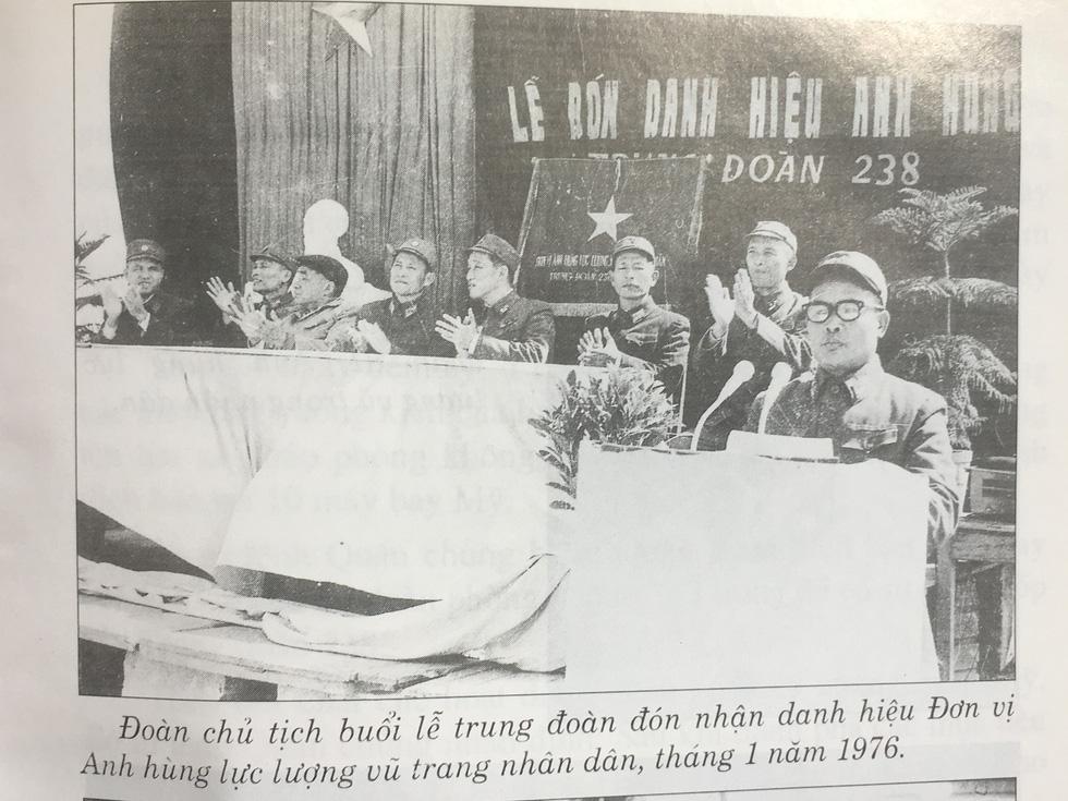 Hình ảnh trong buổi lễ Trung đoàn Tên lửa 238 đón nhận danh hiệu Anh hùng lực lượng vũ trang nhân dân tháng 1-1976 - Ảnh tư liệu