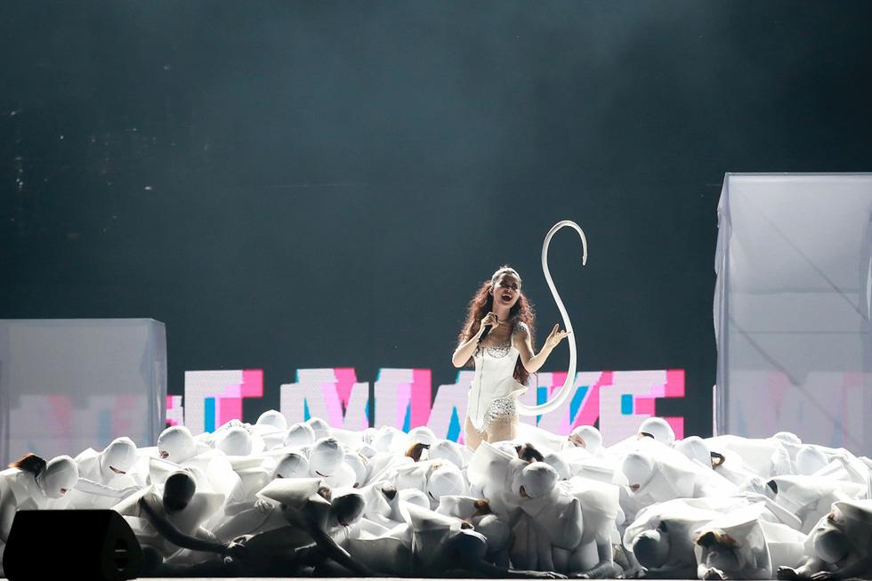 Bạn trẻ vỡ tung cảm xúc cùng live show Đông Nhi 10 năm ca hát - Ảnh 2.