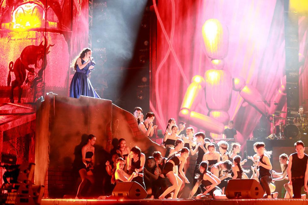 Bạn trẻ vỡ tung cảm xúc cùng live show Đông Nhi 10 năm ca hát - Ảnh 4.