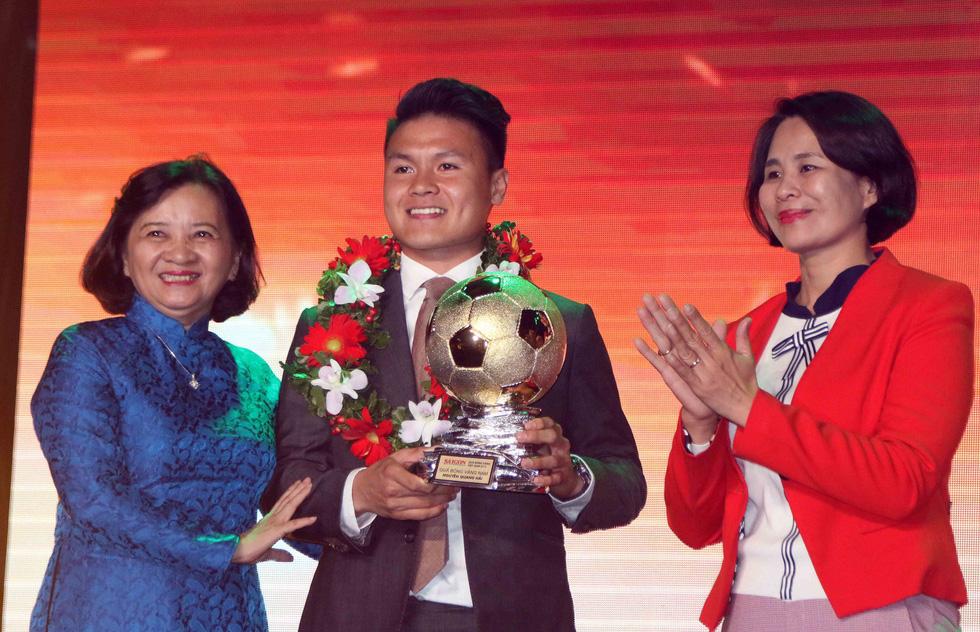 Quang Hải giành Quả bóng vàng Việt Nam 2018 - Ảnh 1.