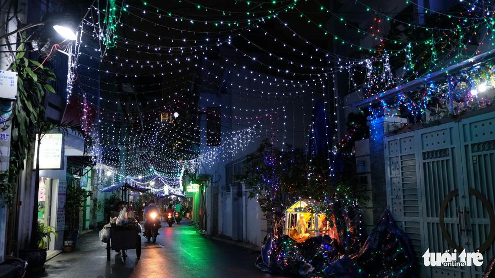 Hẻm xóm đạo màu thời gian bỗng bừng lên rực rỡ mùa Noel - Ảnh 1.