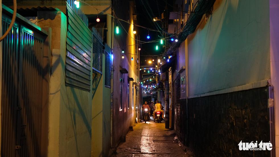 Hẻm xóm đạo màu thời gian bỗng bừng lên rực rỡ mùa Noel - Ảnh 6.
