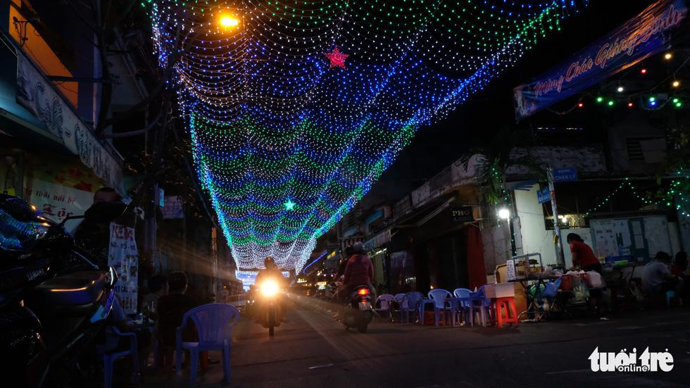 Hẻm xóm đạo màu thời gian bỗng bừng lên rực rỡ mùa Noel - Ảnh 8.