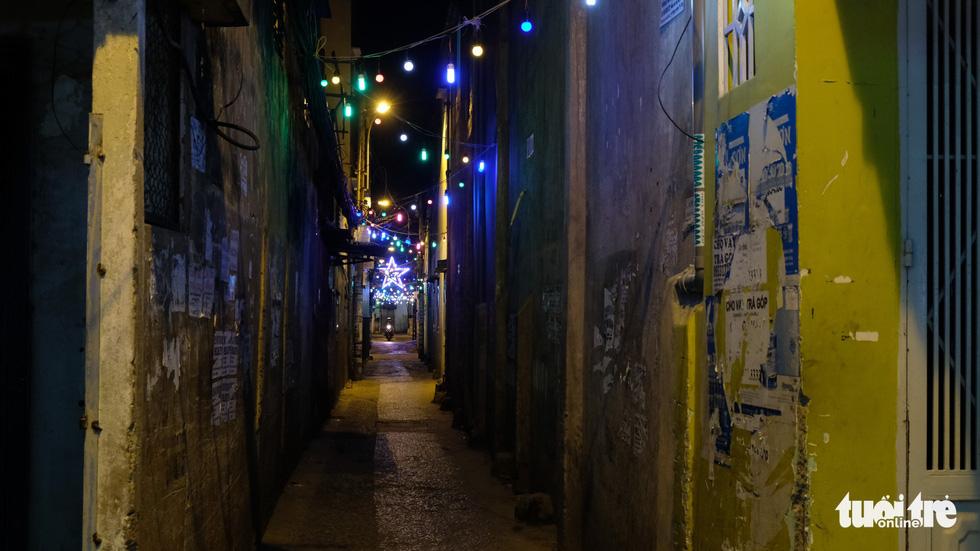 Hẻm xóm đạo màu thời gian bỗng bừng lên rực rỡ mùa Noel - Ảnh 3.
