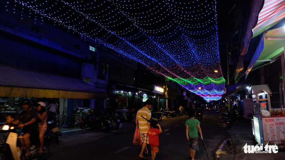 Hẻm xóm đạo màu thời gian bỗng bừng lên rực rỡ mùa Noel - Ảnh 4.