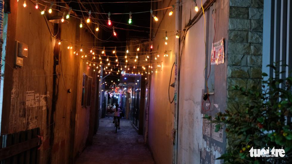 Hẻm xóm đạo màu thời gian bỗng bừng lên rực rỡ mùa Noel - Ảnh 5.