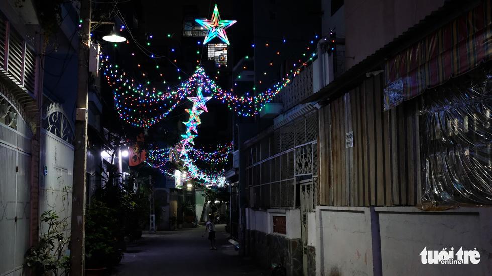 Hẻm xóm đạo màu thời gian bỗng bừng lên rực rỡ mùa Noel - Ảnh 13.