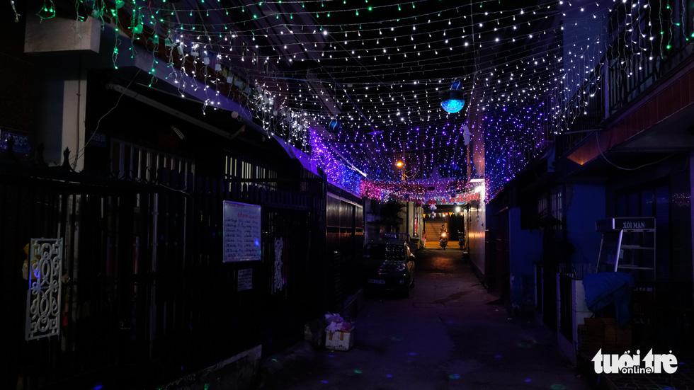 Hẻm xóm đạo màu thời gian bỗng bừng lên rực rỡ mùa Noel - Ảnh 11.