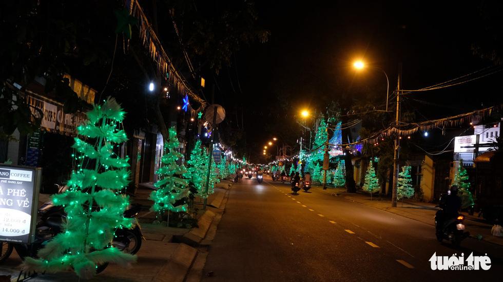 Hẻm xóm đạo màu thời gian bỗng bừng lên rực rỡ mùa Noel - Ảnh 12.