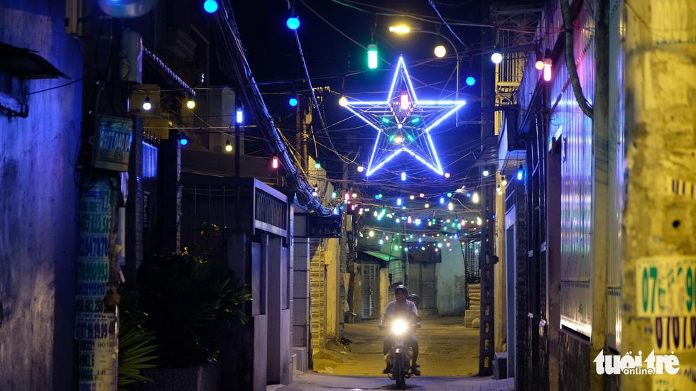Hẻm xóm đạo màu thời gian bỗng bừng lên rực rỡ mùa Noel - Ảnh 16.