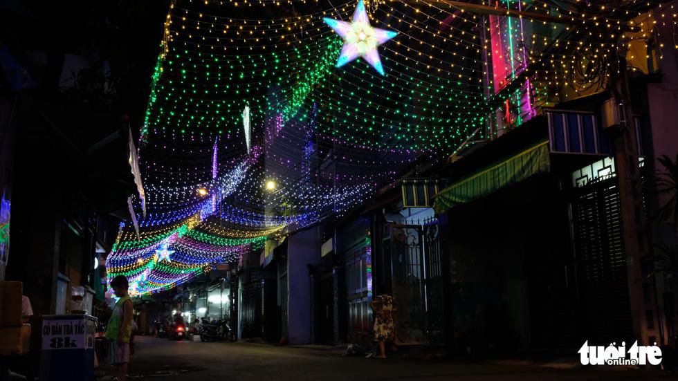 Hẻm xóm đạo màu thời gian bỗng bừng lên rực rỡ mùa Noel - Ảnh 10.