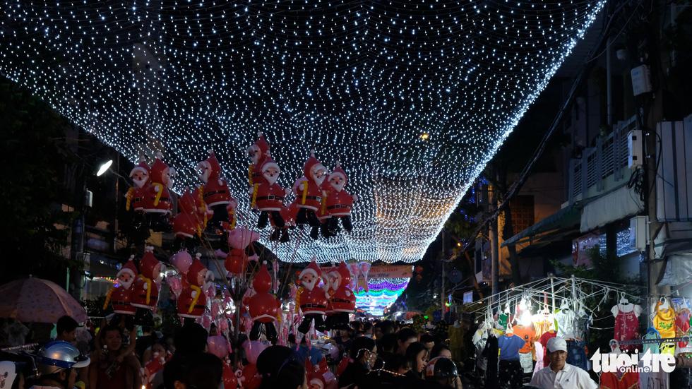 Hẻm xóm đạo màu thời gian bỗng bừng lên rực rỡ mùa Noel - Ảnh 14.