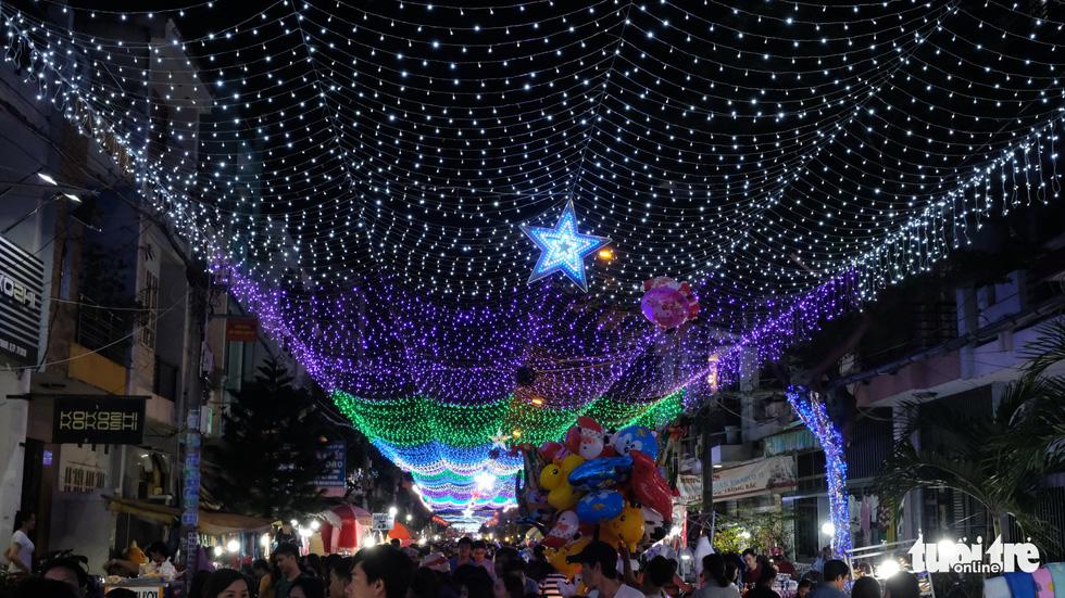Hẻm xóm đạo màu thời gian bỗng bừng lên rực rỡ mùa Noel - Ảnh 15.