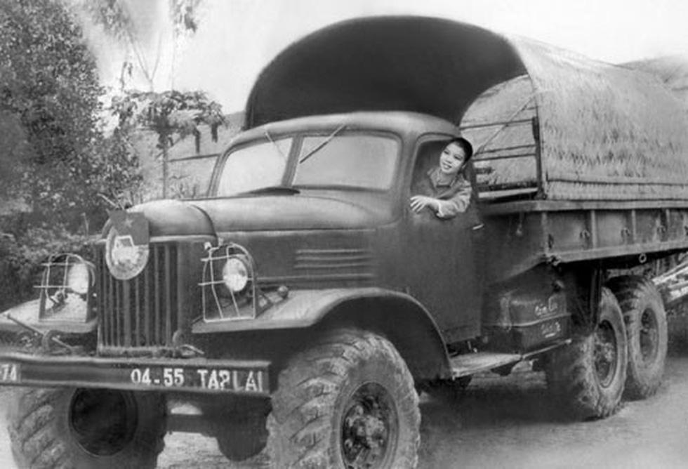 Đội nữ lái xe Trường Sơn dưới mưa bom bão đạn - Ảnh 1.