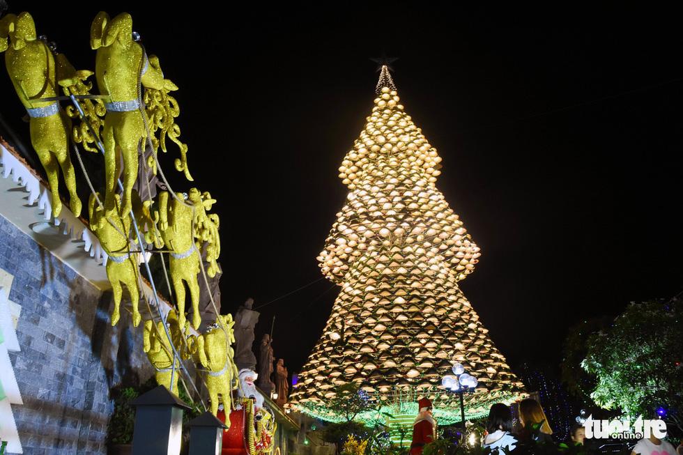 Hang động dài 200m, cây thông Noel làm từ 1.200 nón lá - Ảnh 1.