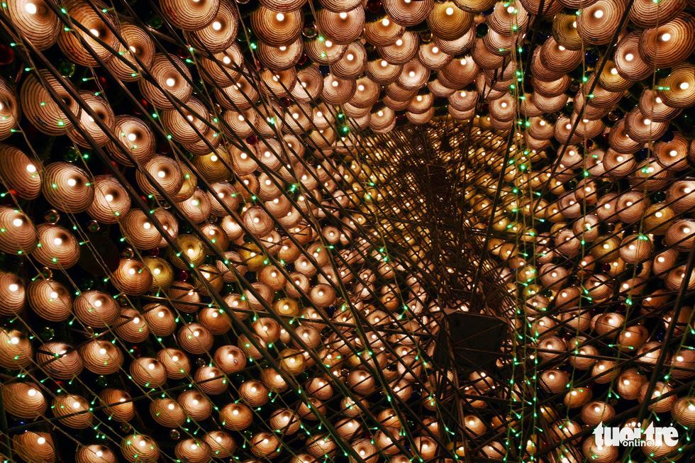 Hang động dài 200m, cây thông Noel làm từ 1.200 nón lá - Ảnh 3.