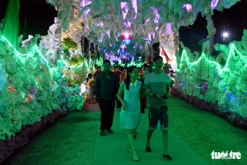 Hang động dài 200m, cây thông Noel làm từ 1.200 nón lá - Ảnh 2.